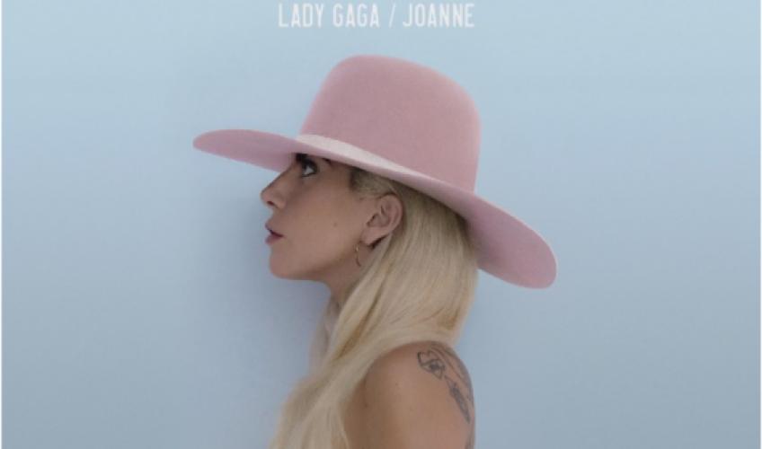 Η Lady Gaga αγγίζει με την τρυφερή νέα έκδοση του «Joanne»