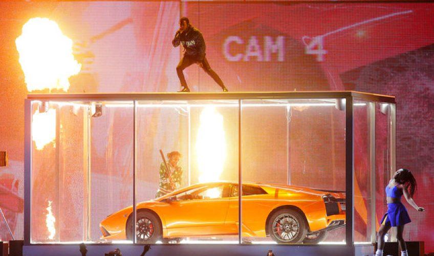 Ο Kendrick Lamar έσπασε μία πανάκριβη Lamborghini επάνω στη σκηνή
