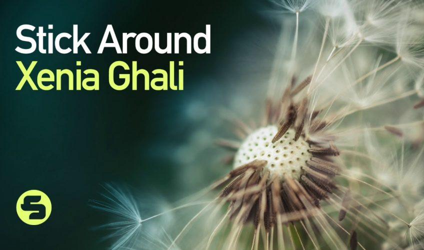 """Η Xenia Ghali μας παρουσιάζει το νέο της hit, """"Stick Around""""."""