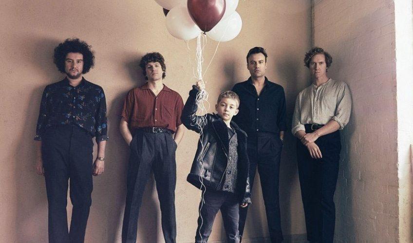 """Οι Kooks επιστρέφουν κυκλοφορώντας 2 ολοκαίνουρια τραγούδια το """"No Pressure"""" και το """"All The Time""""."""