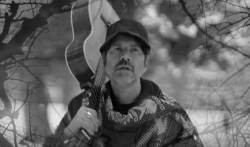 """Ο Gruff Rhys παρουσιάζει μια περιπέτεια με προορισμό το «άγνωστο» στο νέο του βίντεο για το """"Frontier Man"""""""