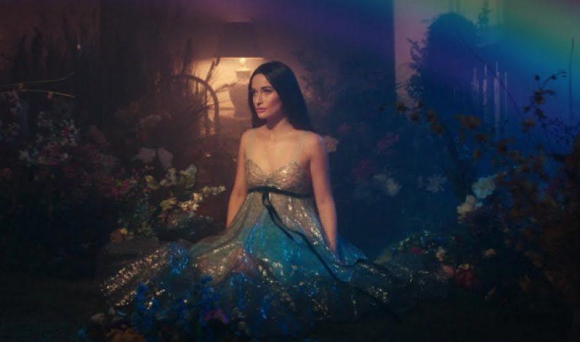 """Η Kacey Musgraves κυκλοφόρησε και το official video για το νέο της single """"Rainbow"""" από το album """"Golden Hour""""."""