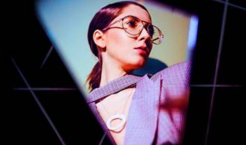 """Η τραγουδίστρια-τραγουδοποιός Iova παρουσιαζει το νέο της single """"Down On My Knees"""" είναι σε συνεργασία με τον Paul Damixie."""