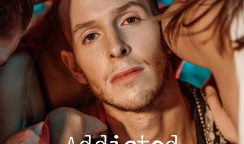 Ο Ελληνοβρετανός  D3lta  παρουσιάζει το νέο του single  Addicted  με ένα ξεχωριστό music video.