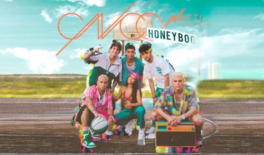 """Το βραβευμένο και πολυπλατινένιο συγκρότημα από την Λατινική Αμερική, οι CNCO μόλις κυκλοφόρησαν το πολυαναμενόμενο νέο single τους και music video με τίτλο """"Honey Boo""""."""
