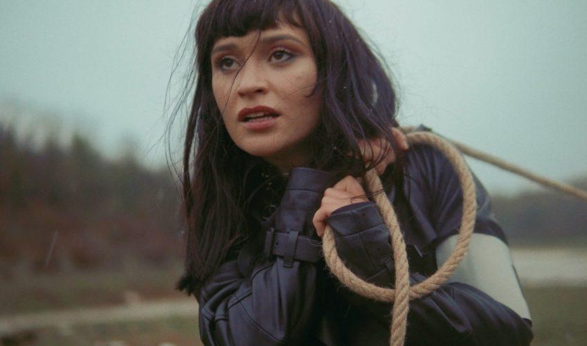 """Συνεχίζοντας το τεράστιο hype γύρω από το φαινόμενο του """"Drama"""", οι Kadebostany κυκλοφορούν ένα βίντεο 20 λεπτών που παρουσιάζει τα 4 τραγούδια του νέου τους EP """"DRAMA – ACT 1""""."""