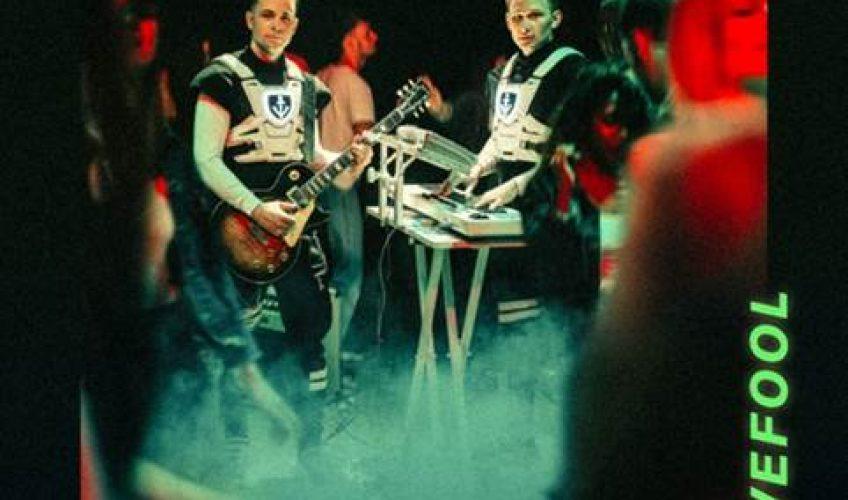 Το δημοφιλές duo παραγωγών twocolors, κυκλοφορεί το νέο του τραγούδι που είναι διασκευή του πασίγνωστου 90's κομματιού 'Lovefool' των The Cardigans.
