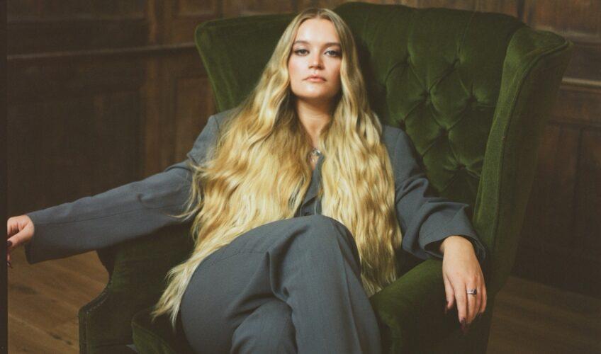 Η 22χρονη τραγουδίστρια/τραγουδοποιός από το Hull της Βρετανίας, η Charlotte Jane έρχεται με την μαγευτική φωνή της να κατακτήσει την μουσική βιομηχανία το 2021.