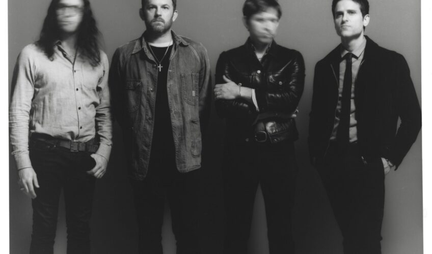 """Η βραβευμένη με Grammy, πολυπλατινένια rock μπάντα KINGS OF LEON ανακοίνωσε επίσημα την κυκλοφορία του πολυαναμενόμενου 8ου studio album του με τίτλο """"When You See Yourself""""."""