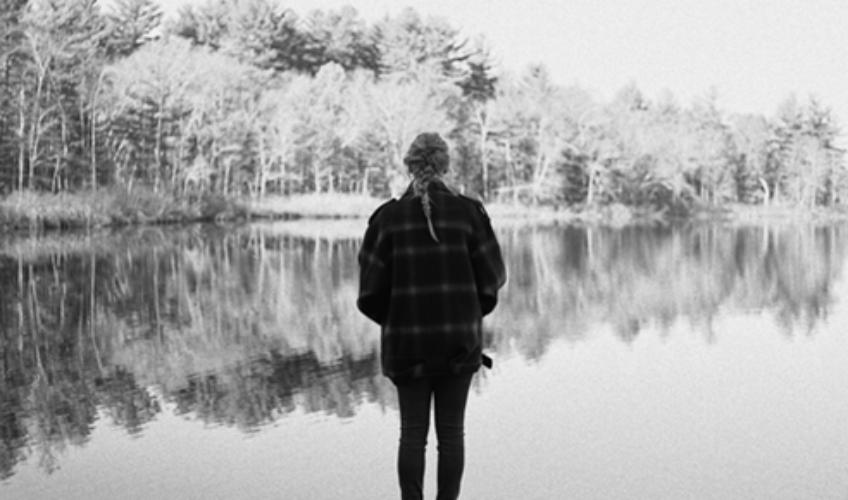 """Το """"evermore"""" είναι η δεύτερη ολοκληρωμένη δισκογραφική δουλειά της Taylor Swift για τη φετινή χρονιά και το """"αδερφό album"""" του """"folklore""""."""